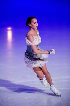 Alina Zagitova of Russia prepares in the Ladies Short Program during day one of the ISU Grand Prix of Figure Skating at the Helsinki Arena on November 2018 in Helsinki, Finland. Get premium, high resolution news photos at Getty Images Figure Ice Skates, Alina Zagitova, Ice Girls, Have Courage And Be Kind, Pose Reference Photo, Medvedeva, Ice Dance, Figure Skating Dresses, Costumes