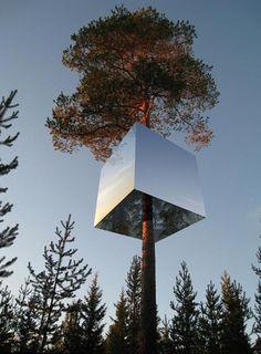 The Mirrorcube: un cubo de espejos que mide 4x4x4, diseñada por Tham & Videgard Architekter y (también) pertenece al Treehotel en el norte de Suecia.