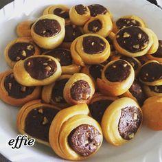 """Νόστιμη συνταγή μαγειρικής από """"Effie's Loved Recipes, Effie's αγαπημένες συνταγές"""" ΥΛΙΚΑ 5 αυγα 1 ποτηρι κρυο γαλα 1 ποτηρι σπορέλαιο 60 γρ φρεσκια μαγια ( εβαλα ξερή 18 γρ = ίσο 60γρ φρεσκια) 950 γρ αλευρι γ Pretzel Bites, Sweets, Bread, Desserts, Food, Meal, Sweet Pastries, Gummi Candy, Candy Notes"""