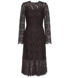 Dolce & Gabbana - Robe en dentelle - Cette robe à la séduction italienne classique est signée Dolce & Gabbana. Confectionnée en dentelle macramé marron foncé, elle ose la transparence ton sur ton avec un fond de robe esprit lingerie en satin de soie noire, rehaussé de détails en dentelle festonnée noire. Notez son ourlet volanté apportant de la fluidité à la silhouette. seen @ www.mytheresa.com