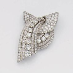 AN ART DECO DIAMOND, GOLD AND PLATINUM CLIP BROOCH - CIRCA 1930