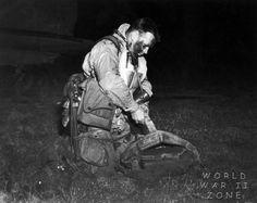 5 juin 1944: Lt. Robert L. Wolverton, 3th  Battalion/506th Parachute Infantry Regiment /  101th Airborne Division, avant le départ pour la Normandie il termine de s'équiper.