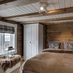 Love it❤️❤️❤️ Ha en fin torsdag☺️☔️ Cabin Decor, Rustic Bedroom, Cozy House, Cottage Interiors, Log Home Interior, Home Decor, House Interior, Log Home Interiors, Cabin Interiors