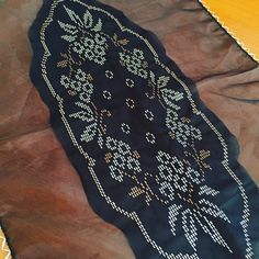 Tel kırma sehpa örtüsü Ribbon Embroidery, Needlework, Diy And Crafts, Cross Stitch, Straight Stitch, Recipes, White Embroidery, Embroidery, Dressmaking
