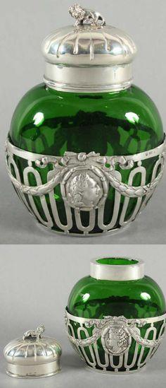 TEEDOSE, grünes Glas mit silberner Montierung und Deckel, 800/ooo, Reliefdekor, Deckel mit figürlichem Knauf, H 15,5, NERESHEIMER, um 1900