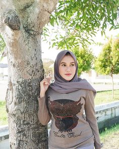 Girl in Hijab Arab Girls Hijab, Girl Hijab, Muslim Girls, Muslim Women Fashion, Womens Fashion, Arab Women, Hijab Chic, Poker Online, Beautiful Hijab