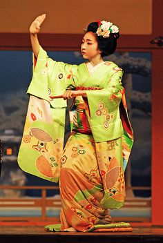 Konomi wore a stunning lime green Hiki with geometric Patterns which are delicate and bold at the same time!