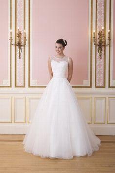 """Romantisches Brautkleid in Elfenbein und Weiß aus Tüll und Spitze mit angedeutetem """"Sabrina-Ausschnitt"""" - von Sweetheart"""