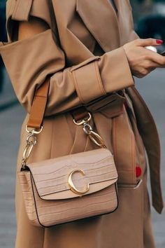 Chic Neutral Outfits That Definitely Aren't Boring Minimalistisches neutrales Outfit. Trenchcoat in Kamel-Wickeloptik mit Chloe-Tasche aus Kamel Gianni Versace, Sac Week End, Diaper Bag Backpack, Diaper Bags, Minimalist Bag, Minimalist Outfits, Fashion Bags, Womens Fashion, Shoes