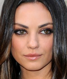 Quem acompanha a atriz Mila Kunis sabe que ela é fã do esfumadinho básico!