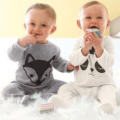 Pyjama à pieds en velours tout doux et tout chaud 75% coton, 25% polyester. Vendu par 2, c'est mieux : l'un est porté alors que l'autre est au lavage. 1 imprimé ''têtes de loup'' + 1 uni avec impression devant. Ouvertures dos et pont pressionnées pour faciliter l'habillage. Pieds antidérapants à partir de 12 mois (74 cm), élastiqués au dos pour un meilleur maintien.