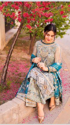 Pakistani Party Wear Dresses, Desi Wedding Dresses, Simple Pakistani Dresses, Pakistani Dress Design, Pakistani Outfits, Indian Outfits, Dress Indian Style, Indian Dresses, Bridal Outfits