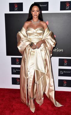 Négligé de Fashion Police  On se demande bien pourquoi Rihanna a choisi cette robe complexe de Christian Dior Couture avec une cape pour présenter le 2e Diamond Ball annuel. Toutes ces épaisseurs et tout ce tissu en trop font que cette tenue a l'air négligée : un mot qui ne devrait jamais être associé avec la belle de la Barbade.