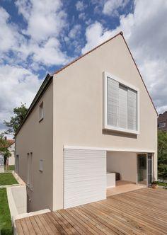 Fassadenfarbe einfamilienhaus  Eine farbliche stimmige Fassade in Grau. Mehr dazu www.kolorat.de ...