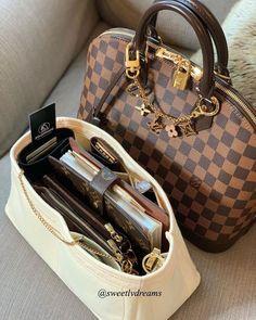 Broche Chanel, Chanel Purse, Chanel Bags, Valija Louis Vuitton, Louis Vuitton Handbags, Luxury Purses, Luxury Bags, Dior Handbags, Purses And Handbags