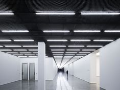 Image 8 of 13 from gallery of White Cube Bermondsey / Casper Mueller Kneer Architects. Photograph by Paul Riddle Ceiling Texture Types, Luminaire Applique, Corridor Lighting, Architects London, Office Ceiling, Expanded Metal, Interior Architecture, Interior Design, Ceiling Light Design