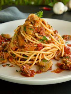 Λιγότερο γνωστή από την καρμπονάρα αλλά εξίσου νόστιμη και από τις πολύ ωραίες ιταλικές μακαρονάδες. Σπαγγέτι με τόνο και μανιτάρια, ένα κλασικό πιάτο από την εκπληκτική κουζίνα της Ρώμης. Spaghetti, Pasta, Ethnic Recipes, Food, Essen, Meals, Yemek, Noodle, Eten