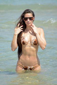 Anais-Zanotti-in-Bikini--07.jpg (1000×1501)