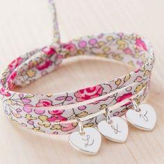 Le bracelet Liberty triple tour - Avec les initales de vos proches gravés sur nos minis charms, ce bracelet est un cadeau unique à s'offrir ou à offrir à celles qui comptent pour vous. #liberty #cadeau #mariage #bracelet