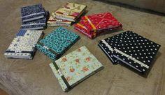 Bloquinhos feitos usando a técnica de cartonagem forrados em tecido. <br>Miolo : 8cm X 11cm , 100 fls. <br>Acabamento com aviamentos, perolas ou strass.