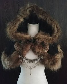 A hand crafted black wool blend shoulder cloak, lined with brown faux fur. The cloak closes with a detailed metal clasp. This listing is for the. Viking Garb, Viking Dress, Viking Costume, Costume Roi, Mode Costume, Cosplay Costumes, Halloween Costumes, Medieval Clothing, Historical Clothing