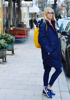 Eine dunkelblaue Jeans, eine leichte Jacke, Casual Sneakers, ein Farbtupfer mit einem gelben Rucksack und eine Brille von rocco by Rodenstock ergeben ein großartiges Outfit für das launische Frühlingswetter. Foto von kress.cam auf Instagram.