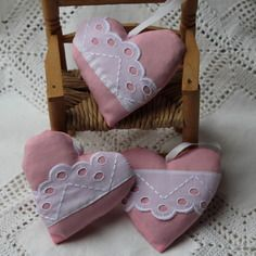Petit coeur rose tendre et broderie anglaise blanche /  lavande 10 x 10