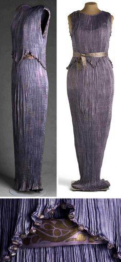 Delphos dress, Mariano Fortuny, 1909. Purple silk satin. Museo del Traje