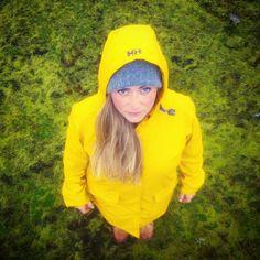 Gult á grænu / Yellow on green nu @helga_b23 on Instagram  #mosi #hellyhansen #kirkwallraincoat #greenmoss #wanderlust #yellowraincoat
