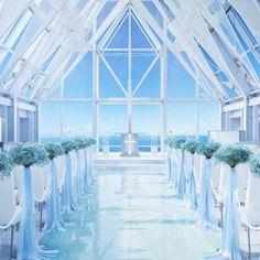 結婚式場写真「180度以上のオーシャンビューが印象的な『クリスタルチャペル』。海へと続く純白のバージンロードの長さ15m、100名まで着席可