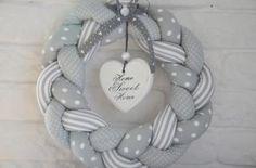 Wianek szary elegancki Hand Made home sweet home - Bettina Weber - Wreath Crafts, Xmas Crafts, Diy Wreath, Diy And Crafts, Xmas Wreaths, Door Wreaths, Christmas Decorations, Christmas Sewing, Felt Christmas