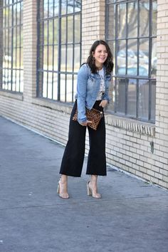 styling wide cropped jeans - My Style Vita How styling wide leg cropped pants will be your new favorite trick for spring. These black denim ones from Madewell are a closet favorite. Wide Pants Outfit, Cropped Jeans Outfit, Flare Jeans Outfit, Summer Pants Outfits, Cropped Wide Leg Jeans, Casual Fall Outfits, Stylish Outfits, Spring Outfits, Gaucho Pants Outfit
