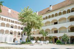 Innenhof mit wunderschönen Arkaden Felder, Old And New, Mansions, Drawing, House Styles, Home Decor, Internal Courtyard, Architecture, Nice Asses