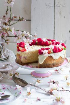 Hola cielit@s parece mentira pero así es, el día 13 de febrero este humilde blog ha hecho 3 añitos. Y para celebrarlo os he preparado este delicioso Cheesecake de Chocolate Blanco y frambuesas.     Me