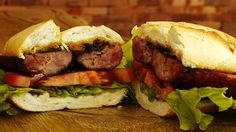 Conoce la historia del choripán, la comida callejera favorita de los argentinos y aprende a preparar este sándwich en casa, para tus amigos y tu familia.