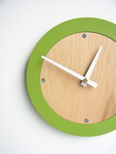 Love this clock. Would be fairly simple to make? #lifeinstyle #greenwithenvy