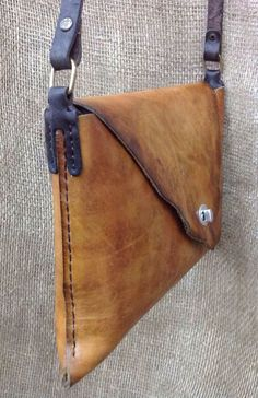 leather handbags and purses Leather Art, Sewing Leather, Leather Pouch, Leather Design, Leather Tooling, Canvas Leather, Leather Jewelry, Leather Purses, Leather Shoulder Bag