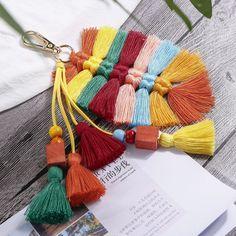Tassel Keychain, Diy Keychain, Tassel Purse, Keychains, Yarn Crafts, Sewing Crafts, Macrame Design, Boho Bags, Macrame Patterns