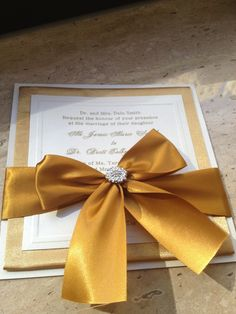 Gold is a very cool color for wedding decor as it brings some festive mood, it's beautiful and sparkling! That's why today we'll see how to use it in decor and not only.