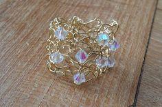 """Een echte """"weer s wat anders ring"""". Zo'n ring heeft u vast nog niet. Een prachtig sieraad voor uw vinger, deze ring met de hand gebreid met verguld draad en swarovski kristalletjes."""