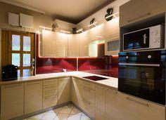 Egy modern, budapesti otthonba készült a képeken látható Merkury Zebra, bézs színű konyhabútorunk, bordó üveghátfallal és beépített LED világítással. Az összeállításba tartozik Whirlpool sütő és főzőlap is, valamint TEKA csaptelep és mosogató.