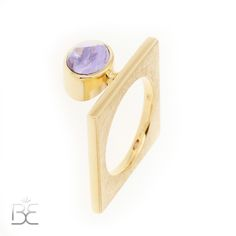 Yellow gold ring whit cabochon sapphire, purple. Contemporary dutch design. Handmade by Sabine Eekels