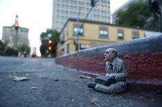 Isaac Cordal. http://restreet.altervista.org/gli-schiavi-del-cemento-di-isaac-crodal/