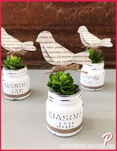 23 DIY Crafts With Mini Mason Jars Love mason jar crafts? Mini mason jars are a crafter's best friend. If you love mason jar crafts, these DIY projects are right up your alley. Pot Mason Diy, Mason Jar Planter, Mini Mason Jars, Painted Mason Jars, Chalk Paint Mason Jars, Mason Jar Succulents, Indoor Succulents, Propagating Succulents, Planting Succulents