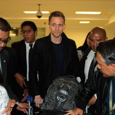 Tom Hiddleston arriving in Mexico to promote the latest film Kong: Skull Island on March 3, 2017. Via Torrilla/weibo. Higher resolution image: http://ww4.sinaimg.cn/large/6e14d388gy1fdb9bjfs43j22qf1tmx6p.jpg