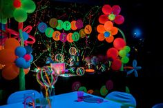 Get ready, get set, GLOW! This fabulous Neon Glow Birthday Party featured at Kara's Party Ideas is putting on a show! Dance Party Birthday, Birthday Party For Teens, Birthday Party Themes, 13th Birthday, Birthday Ideas, Glow Party Outfit, Glow Stick Party, Glow Sticks, Balloon Glow