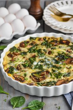 This Crustless Spinach Quiche is the perfect light breakfast! It is only 140 calories per slice. With only 20 minutes of hands on time you just can't beat this spinach quiche recipe. Mushroom And Spinach Quiche, Spinach Quiche Recipes, Vegetable Quiche, Spinach Stuffed Mushrooms, Spinach Quiche Crustless, Healthy Quiche Recipes, Frozen Spinach Recipes, Broccoli Quiche, Breakfast Dishes