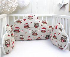 3 adorables coussins nuages: 1 pour la tête de lit et 2 pour les côtés, avec un très joli motif petits hiboux de Noël pour un de lit de bébé ou enfant Tissu 100% coton dans les tons beige, écru et rouge sur la face et en Nicky velours tout doux au dos, blanc (légèrement blanc cassé)