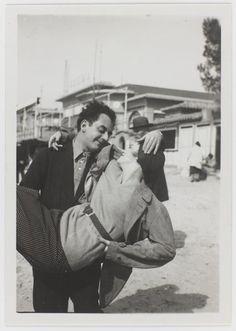 vers 1930. Man Ray et Lee Miller. Autoportrait ou photographe inconnu ?? © Guy Carrard - Centre Pompidou, MNAM-CCI (diffusion RMN) © Man Ray Trust / Adagp, Paris. Source : Musée national d'art moderne / Centre de création industrielle  Référence de l'image : 4N19504. Epreuve gélatino-argentique. 8,6 x 6,1 cm. Numéro d'inventaire : AM 1994-394 (4273)