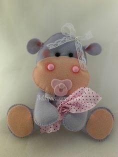 Linda Hipopótama bebê com chupetinha em feltro, fraldinha e aplicação de lacinho na cabeça. Uma gracinha para decorar o quartinho da sua bebê, ou até mesmo uma festinha com o tema safári. R$ 23,00